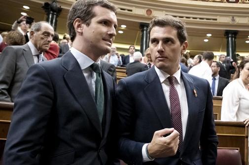 Pablo Casado y Albert Rivera, durante un homenaje en el Congreso a las...