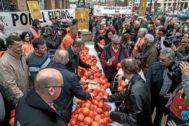Protesta de agricultores por los bajos precios de la naranja en el centro de Valencia.