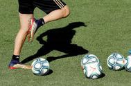 -FOTODELDIA- GRAF6764. MADRID.- El técnico del Real Madrid, Zinedine <HIT>Zidane</HIT>, durante el entrenamiento del equipo este viernes en Valdebebas, de cara al partido de debut de Liga de Primera División que enfrena mañana, sábado, a los blancos con el Celta de Vigo en el estadio de Balaídos.