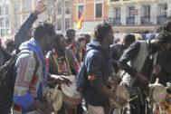 Un grupo de músicos africanos toca los tambores y baila en una calle de Lavapiés.