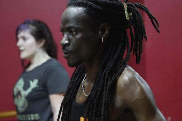 El bailarín marfileño Koffi Anselme.