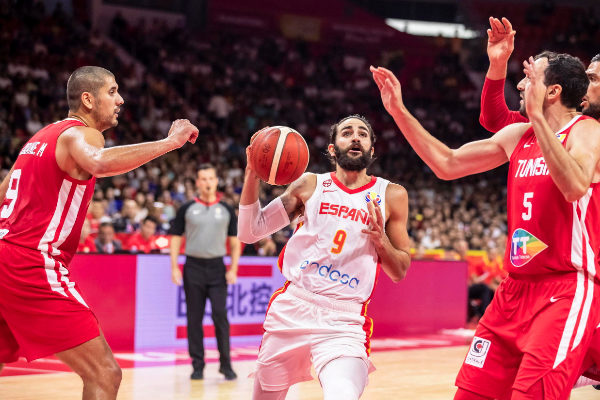 <HIT>Guangzhou</HIT> (China).- Ricky Rubio (C) of Spain in action...