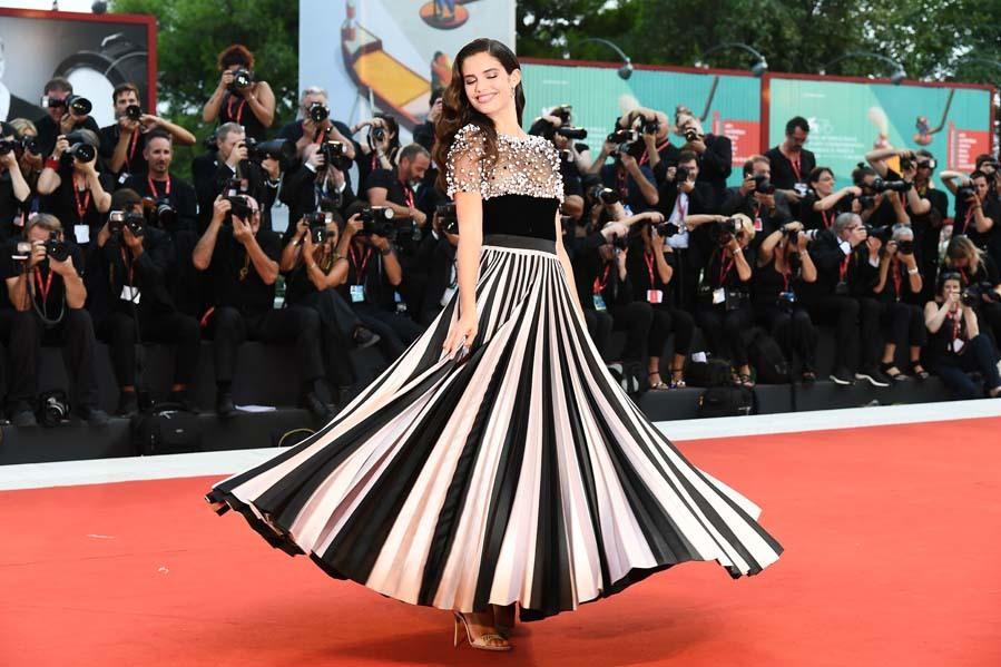 Sara Sampaio - Alfombra roja de la película Joker en el Festival de...
