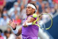 Rafa Nadal golpea la bola en su partido ante Chung.