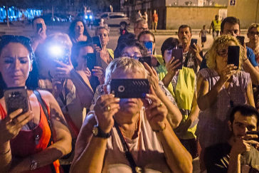 Vigilan desde ventanas y balcones. Son tenderos, estudiantes y jubiladas que, por redes sociales, alertan de los delitos en Barcelona.