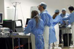 Un grupo de médicos realizando unas prácticas.