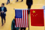 Banderas de EEUU y China en la exposición internacional de las importaciones de Shanghai, en noviembre de 2018.