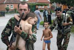 Soldados liberan a dos niños del colegio de Beslán, tras el asalto de las fuerzas especiales rusas contra el comando checheno.