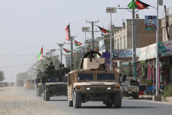 Las fuerzas de seguridad afganas patrullan tras un ataque talibán en...