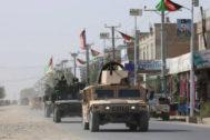 Las fuerzas de seguridad afganas patrullan tras un ataque talibán en Kunduz este sábado.
