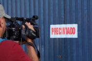 La fábrica de Magrudis, precintada por el Ayuntamiento de Sevilla.