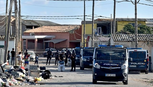 Agentes de Policía Nacional durante una redada en el poblado de Son Banya.