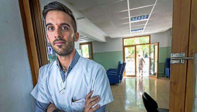 El psiquiatra de la Unidad Alfabia Antonio Zamora posa en en las insalaciones del psiquátrico de Palma.