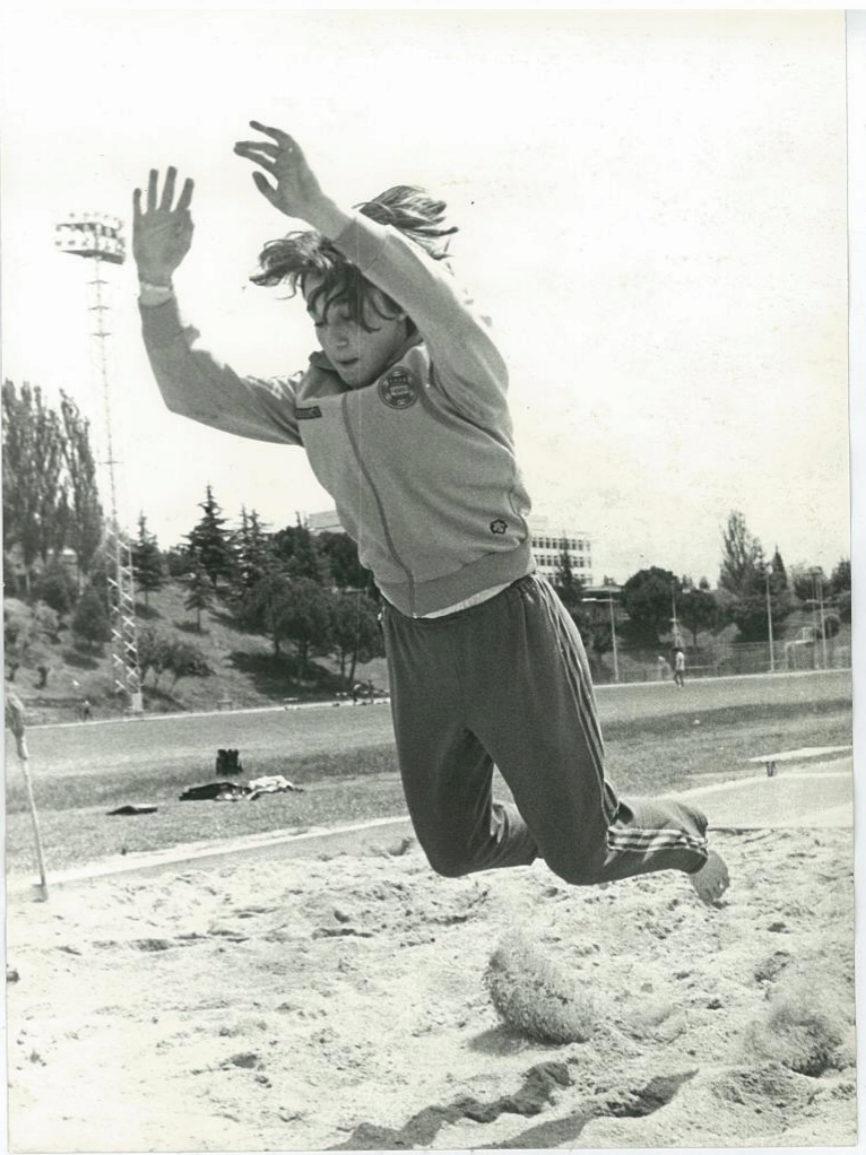 Blanca Fernández Ochoa se prepara saltando sobre tierra