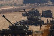 Artillería israelí en el valle de Hula, cerca de la frontera con el Líbano.