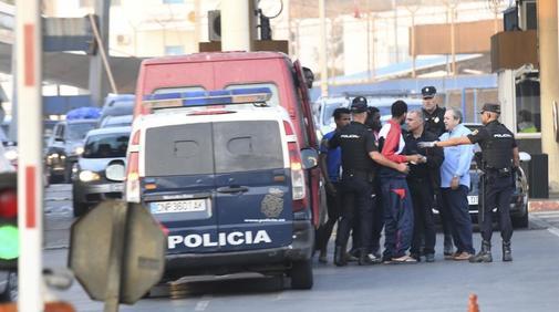 La Policía traslada a varios de los inmigrantes que saltaron la valla...