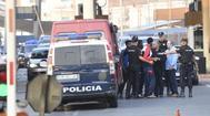 La Policía traslada a varios de los inmigrantes que saltaron la valla el viernes.