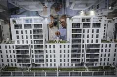 Una maqueta de un edificio en construcción en una feria de vivienda en Valencia.