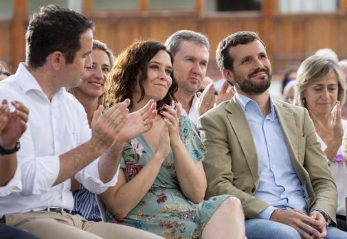 De izqda. a dcha., Teodoro García Egea, Isabel Díaz Ayuso y Pablo...