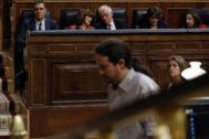 Pedro Sánchez observa a Pablo Iglesias durante el debate de la investidura fallida del líder socialista, el pasado 25 de julio.