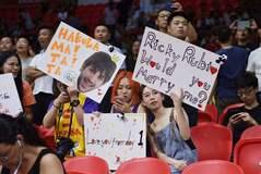 Aficionadas chinas con carteles de apoyo a Ricky, en el debut contra Túnez.