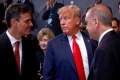 Pedro Sánchez (i) junto a Donald Trump en una cumbre de la OTAN en Bruselas.
