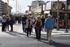 Jubilados de compras en los aledaños de la playa de Poniente en Benidorm.