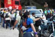 La Policía, la Guardia Civil, los organismos de emergencias y voluntarios reanudan esta mañana la búsqueda de la medallista olímpica de esquí Blanca Fernández Ochoa, desaparecida el 23 de agosto y cuyo coche fue localizado ayer domingo en la zona de Cercedilla. En la imagen, un voluntario atiende las explicaciones de un miembro de la Guardia Civil.