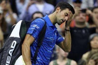 El dolor derrota a Djokovic, despedido entre abucheos