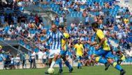 Gorka Iturraspe conduce la pelota rodeado de rivales.