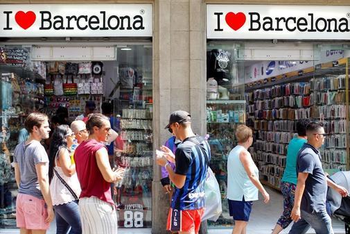 Unos turistas pasean este viernes por el centro de Barcelona, en un...
