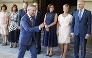 Erkoreka observa a Urkullu junto al resto de consejeros en la primera reunión del Consejo de Gobierno en San Sebastián.