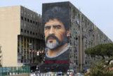 Un mural gigante con la cara de Maradona decora la fachada de un edificio en el barrio de San Giovanni a Teduccio de Nápoles.
