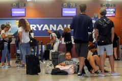 Pasajeros en el aeropuerto de El Prat en la primera jornada de paros de Ryanair