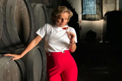 Helena Rivero degusta un amontillado en bodegas Tradición, en Jerez.
