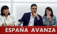 Pedro Sánchez, entre Cristina Narbona y Adriana Lastra, en la reunión de la Ejecutiva Federal del PSOE.