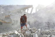 Dhamar (<HIT>Yemen</HIT>).- An armed man inspects a Houthi-held detention center after it was hit by alleged Saudi-led airstrikes in Dhamar, <HIT>Yemen</HIT>, 01 September 2019. According to reports, at least 100 detainees have been killed and about 50 others wounded in alleged Saudi-led airstrikes which targeted a detention center held by the Houthi rebels in the central Yemeni province of Dhamar. EPA/