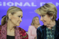 Aguirre conversa con Cristina Cifuentes (i), durante una reunión