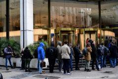 Argentinos haciendo cola a las puertas de un banco, el pasado fin de semana.