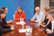 Isabel Bonig, Belén Hoyo y Fernando de Rosa, en la reunión con las portavoz de Interior del PP en el Congreso y el Senado.