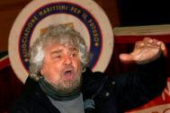 El fundador de M5E, Beppe Grillo, habla en un evento junto a Luigi Di Maio cerca de Nápoles, en 2018 en el sur de Italia.