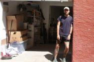 Feijóo, a la puerta de su estudio en Alicante.