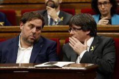 Oriol Junqueras y Carles Puigdemont en el Parlamento catalán.