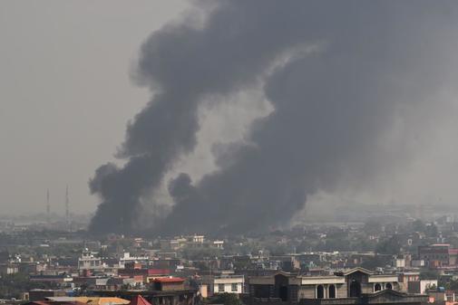 El humo dejado por la explosión cerca de un complejo residencial en...