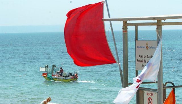 Bandera roja por contaminación en las aguas de la playa de Can Pere Antoni de Palma.