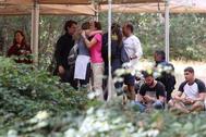 La familia de la desaparecida Blanca Fernández Ochoa, este lunes, durante el dispositivo de búsqueda exesquiadora, desaparecida desde el pasado 23 de agosto, que peina la sierra de Madrid, en la zona de Cercedilla (Madrid), donde su coche fue localizado tras alertar la Policía en la noche del sábado de la desaparición.