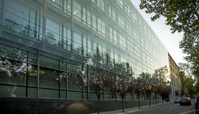 Nueva sede de Amazon en Madrid. A la derecha, William Kwarteng Ferradas, premiado por la Universidad de Staffordshire.