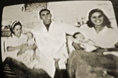 Agnes y Andrés, de bebés en el barco, en manos de sus madres y con el médico que asistió ambos partos.