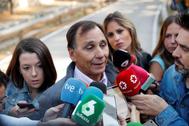 Adrián Federighi, cuñado de Blanca Fernández Ochoa, conversa con la prensa este lunes en la zona de la Dehesa de Cercedilla