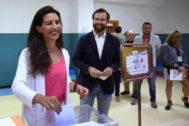 Iván Espinosa de los Monteros, votando con su esposa, Rocío Monasterio, en el pasado 26 de mayo.